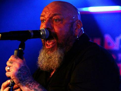 Exvocalista de Iron Maiden padece nuevamente de cáncer
