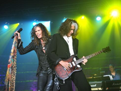 Guitarrista de Aerosmith se desmaya en pleno concierto y es hospitalizado [VIDEO]