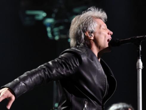 Bon Jovi sorprendió a graduados universitarios con concierto gratis