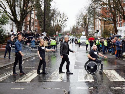 Jon Bon Jovi y el príncipe Harry recrearon icónica foto de The Beatles en Abbey Road