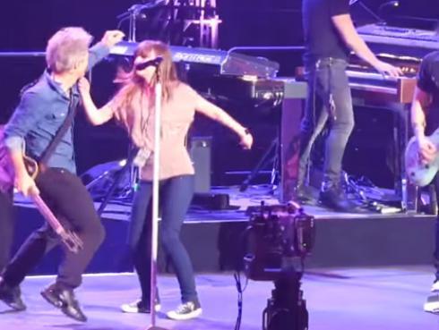 ¡Jon Bon Jovi y su hija bailaron juntos en el escenario! [VIDEO]