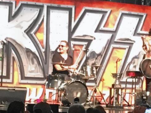 Kiss dio un concierto sorpresa sin maquillaje