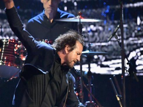 Mira a Pearl Jam cantar un tema de The White Stripes