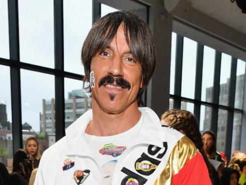 Anthony Kiedis de Red Hot Chili Peppers paseó junto a su hijo en Navidad