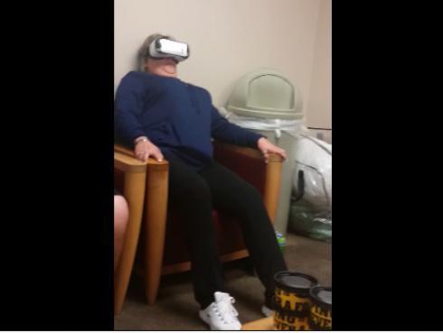 Probó lentes de realidad virtual y su reacción te matará de risa [VIDEO]