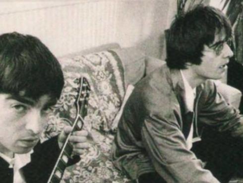 """Liam Gallagher llama """"aburrido"""" a su hermano por no confesarse en Internet"""