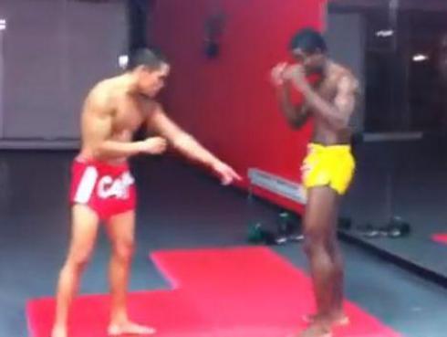 Luchador le fractura la pierna a otro y luego ¿se la arregla? [VIDEO]
