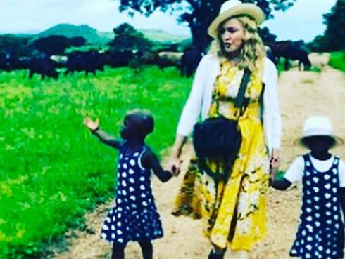 ¡Madonna adoptó a gemelas!