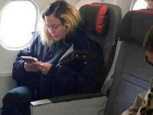 Madonna sorprende al viajar en clase económica y sin maquillaje