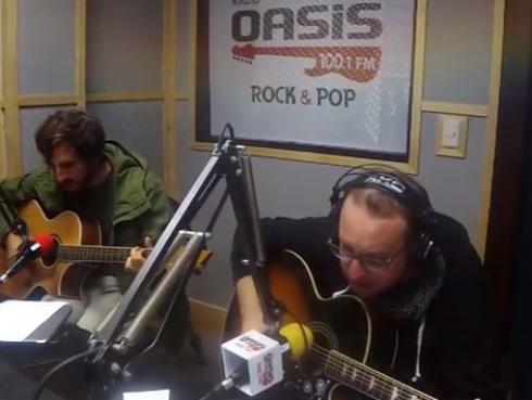 #Fogatera: El Marshall y Piccini interpretaron 'Why Does It Always Rain on Me?', de Travis