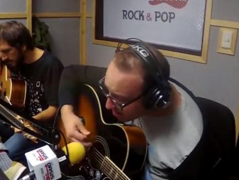 #Fogatera: El Marshall y Piccini interpretaron 'Wonderwall', de Oasis
