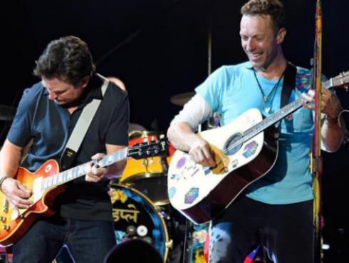 Michael J. Fox tocó junto a Coldplay en un homenaje a 'Volver al futuro'