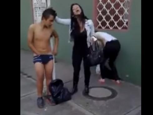 Mujer que golpea y deja desnudo a ladrón es furor en YouTube [VIDEO]