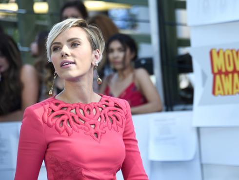 Escucha a Scarlett Johansson cantar 'Bizarre love triangle' de New Order [VIDEO]