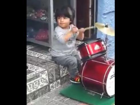 ¡Facebook se rinde ante talento de niño baterista! [VIDEO]
