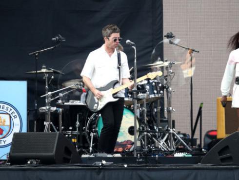 Noel Gallagher desearía tener a Boris Johnson como hermano antes que a Liam Gallagher