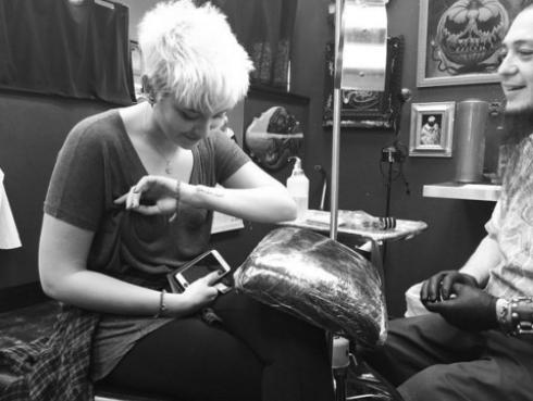 Hija de Michael Jackson cumplió 18 años y lo celebra haciéndose tatuajes