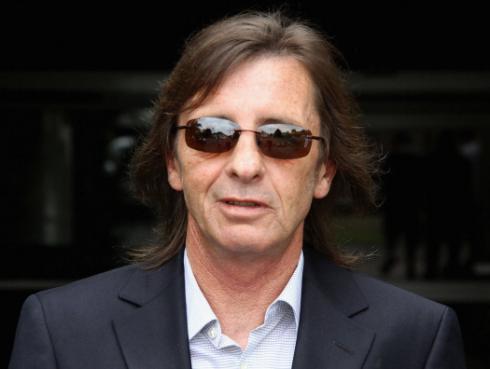 Phil Rudd cambió de opinión: 'Axl Rose lo hace bastante bien en AC/DC'