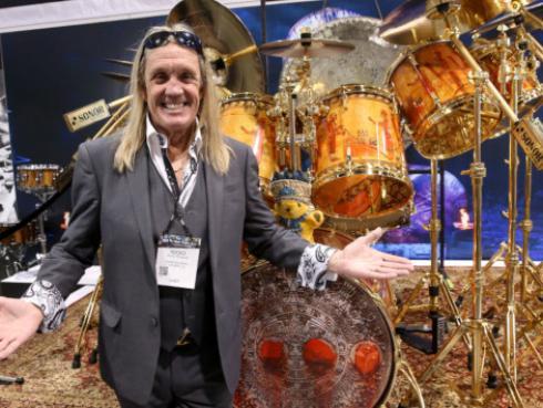 ¿Por qué el baterista de Iron Maiden no toca a doble bombo?