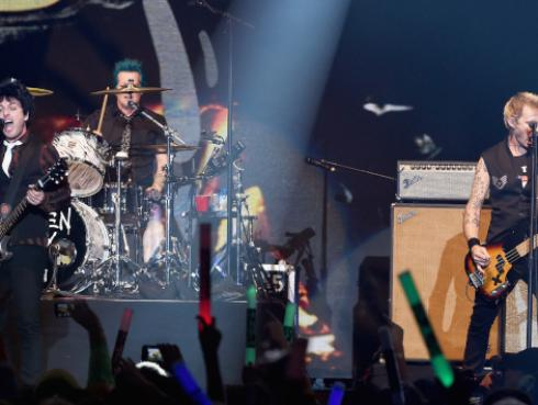 Recuerda la osada batalla de lodo que realizó Green Day en Woodstock 94 [VIDEO]