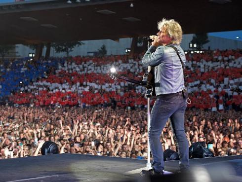 ¿Recuerdas la vez en que Jon Bon Jovi sorprendió con inesperado show durante una boda?