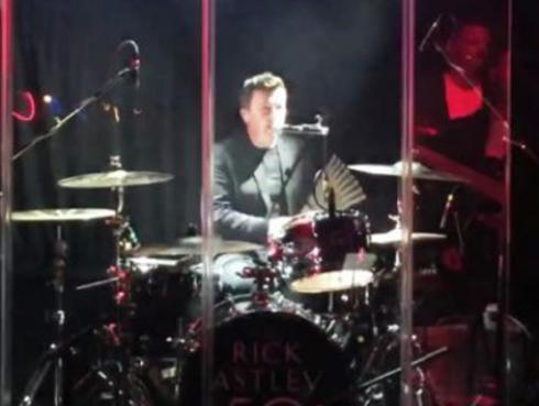 Mira a Rick Astley tocando 'Highway to hell' de AC/DC en batería [VIDEO]