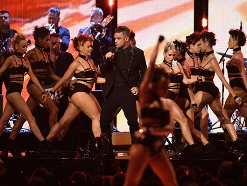 Robbie Williams cerró la gala de los Brit Awards con espectacular show [FOTOS]