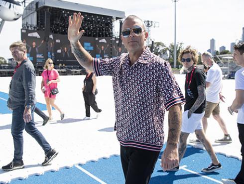 Robbie Williams sorprende al cantar cover de 'Wonderwall' de Oasis