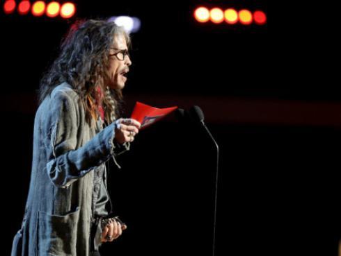 Steven Tyler llama la atención a fan que no disfruta del concierto