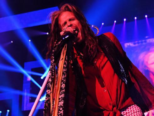 Steven Tyler y su novia se suben al escenario durante concierto de los Backstreet Boys
