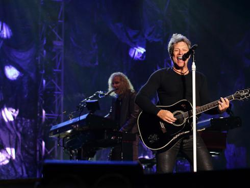 Subastan más de 20 guitarras autigrafiadas por famosos artistas como Slash, Bon Jovi y Angus Young
