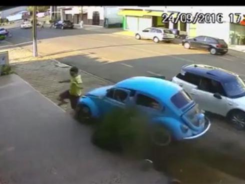 Sujeto se salva de milagro de morir atropellado por carro que venía a toda velocidad [VIDEO]
