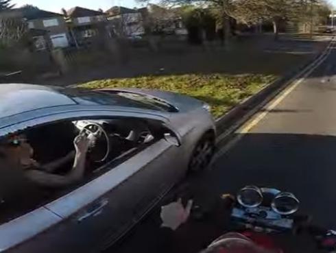 Este motociclista se vengó de conductor al que solo quiso ayudar [VIDEO]