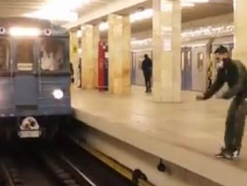 ¿Arriesgada acrobacia en estación de tren o falso viral? Mira este video