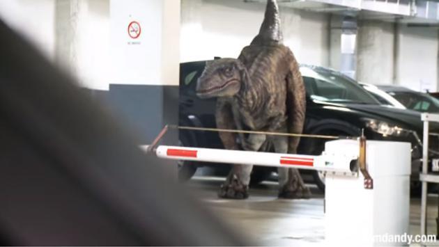 ¡Dinosaurio suelto en un estacionamiento casi mata del susto a estas personas!