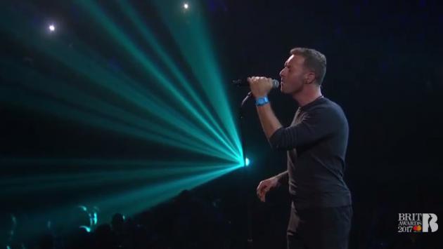 Chris Martin de Coldplay 'cantó a dúo' con George Michael en los Brit Awards 2017