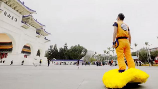 'Gokú' paseó con su 'nube voladora' por las calles de China [VIDEO]