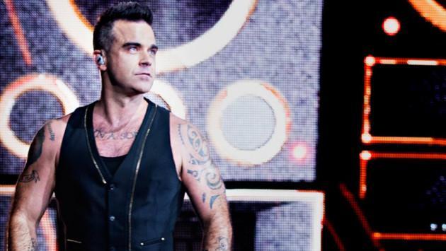 ¿Por qué Robbie Williams mostró el dedo medio en la inauguración de la copa del mundo?