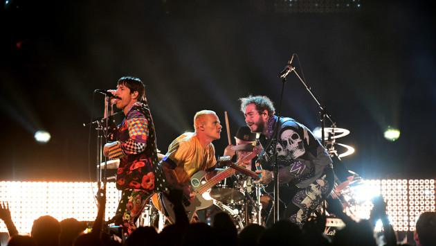 Se cortó la luz en concierto de Red Hot Chili Peppers y Flea se puso a caminar de cabeza [VIDEO]