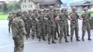 ¡Militares marchan al ritmo de 'We will rock you' de Queen! [VIDEO]