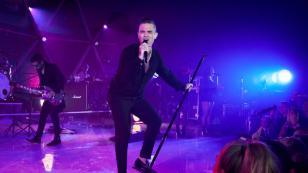 Robbie Williams se disfraza de Robert Plant para molestar a exguitarrista de Led Zeppelin